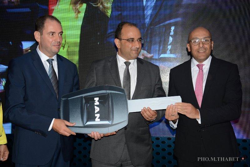 Photo d'ensemble Moncef Klibi,Directeur Général d'Alpha Bus Tunisie, Anis Ghedira,Ministre du Transport et Adel Luenz, Directeur du centre importateur NWC Africa de MAN