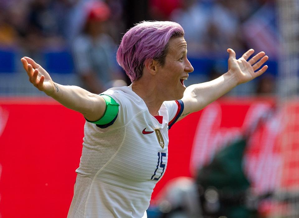 Megan Rapinoe est sous le feu des projecteurs. D'abord sportivement puisque la co-capitaine des Etats-Unis enchaîne les prestations de haut vol (5 buts). Mais aussi hors des terrains.