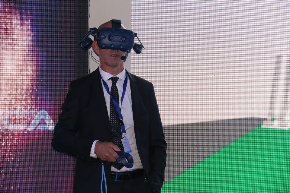 Le directeur de la société Corse Composites Aéronautiques Tunisie Patrick de Lattre pendant sa présentation
