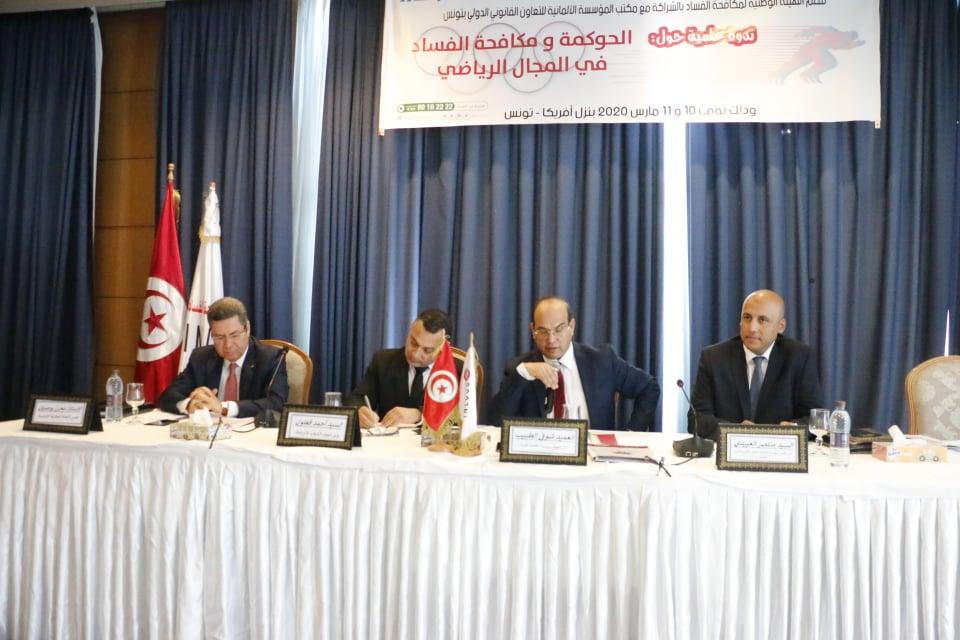 Le ministre des sports Ahmed Gaâloul, du président du Comité Olympique National Tunisien Mehrez Boussayane, le président de l'INLUCC Chawki Tbib et le directeur du Bureau de l'Organisme allemand de la coopération juridique internationale, Montassar Laâbidi
