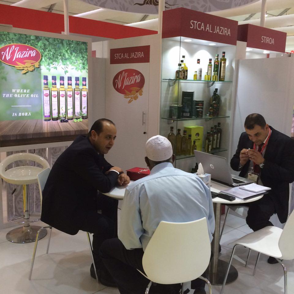 Mokhtar Ben Achour, (STCA d'Al Jazira et président de la chambre syndicale de l'huile végétale) en pleine discussion avec des visiteurs de son stand )+-