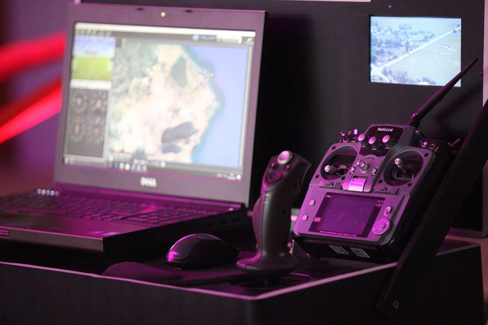 Ce drone est doté  d'un système de télécommande et d'un système anti collisions