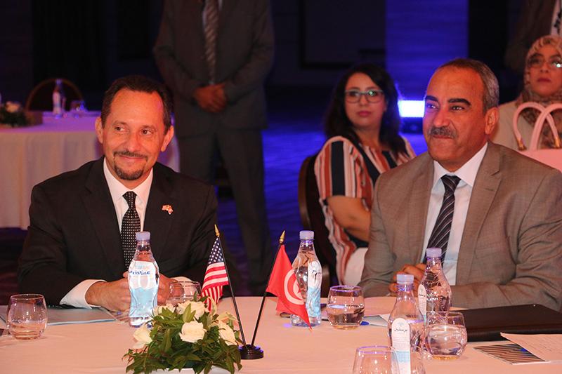 Mr. Ridha Chalghoum, ministre des Finances et son Excellence Mr Daniel Rubinstein, Ambassadeur des Etats Unis d'Amérique