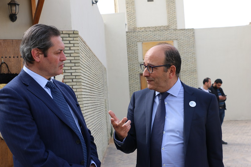 Riadh Mouakher, ministre des affaires locales et de l'environnement en discussion avec le président de la FTH Khaled Fakhfakh