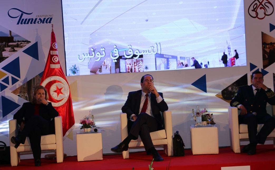 Youssef Chahed entouré de Selma Elloumi et Khaled Fakhfakh