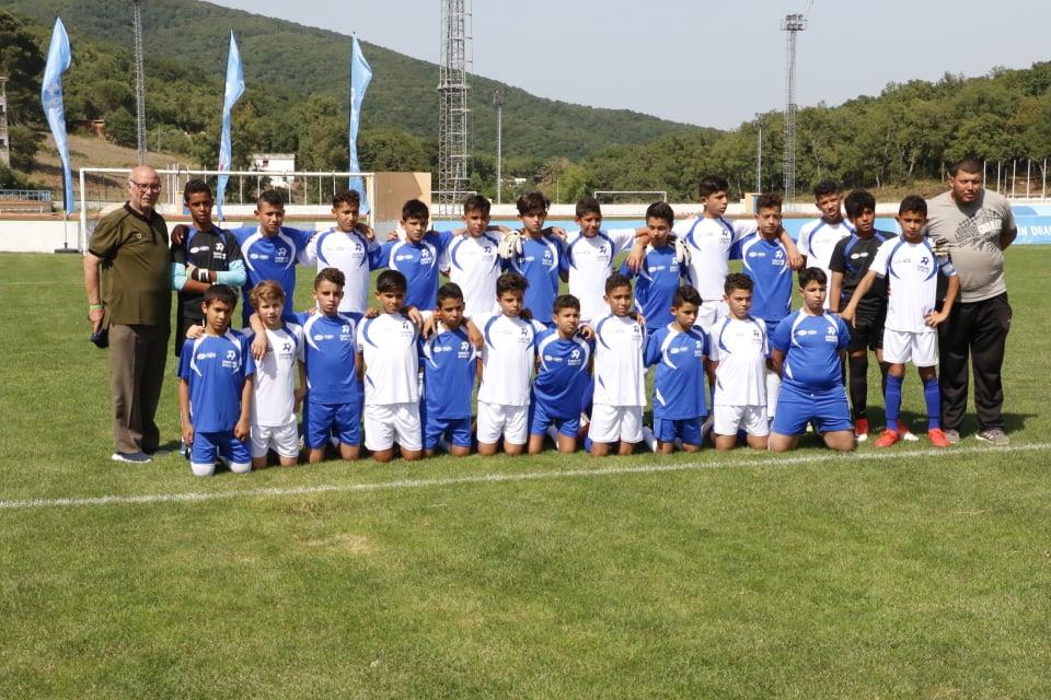 L'Espérance Sportive de Tunis et  l'école primaire Farhat Hached (Tataouine),posant ensemble