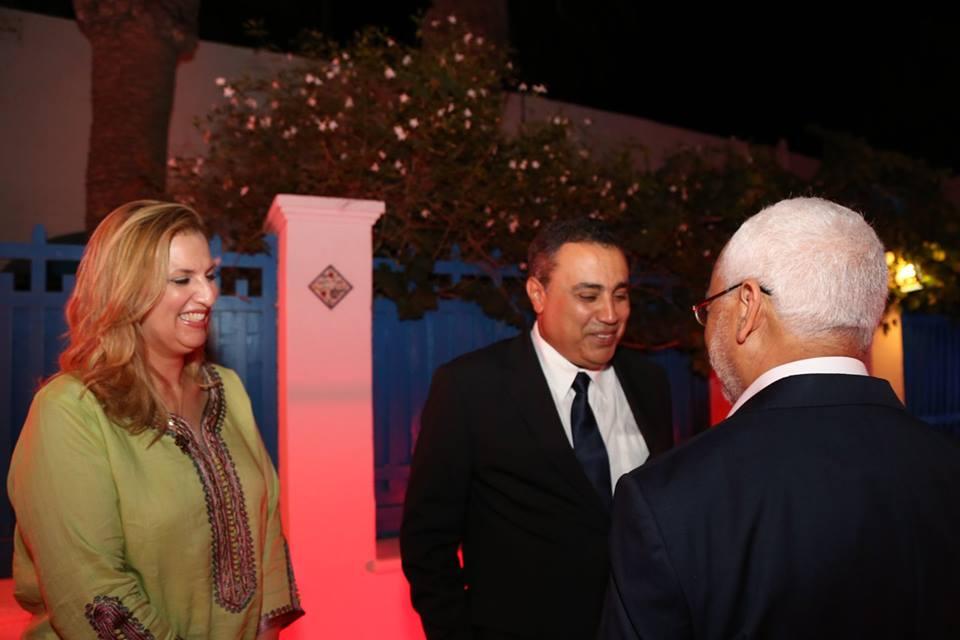 Mehdi Jomâa avec son épouse saluant Gannouchi