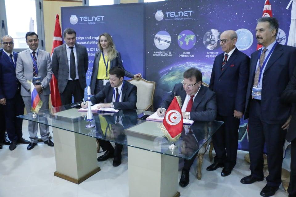 La cérémonie de signature du contrat de lancement a été officialisée par M. Mohamed FRIKHA, CEO du groupe TELNET et M. Alexander V. SERKIN, CEO de GK Launch Services