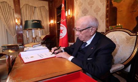 Caïd Essebsi paraphe la stratégie nationale de sécurisation des frontières