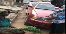 Très émouvant: Cet homme distribue des liasses de billets dans la rue aux pauvres (Vidéo)