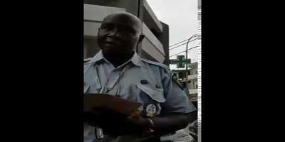 La vidéo qui fait le buzz: Un policier corrompu pris en flagrant délit de corruption