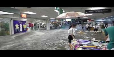 Inondation spectaculaire dans un centre commercial en Chine