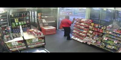Insolite : Un employé dans une station-service chasse des braqueurs….  avec des bonbons !